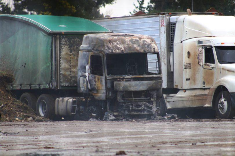 19 de Agosto del 2017/TEMUCO 18 Camiones resultaron totalmente destruidos al ser quemados durante la madrugada camino a Quepe, en el estacionamiento se encontraban 30 camiones cuando al menos 10 personas armadas entraron y prendieron fuego a los camiones. FOTO: MARCO MALDONADO/AGENCIAUNO
