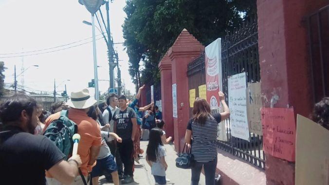 Protesta a las afueras de la municipalidad 6