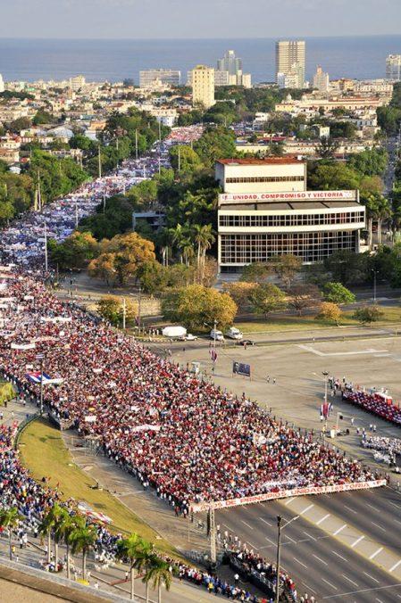 Desfile por el Día Internacional de los Trabajadores en la Plaza de la Revolución en La Habana. Foto: Roberto Garaicoa/ Cubadebate